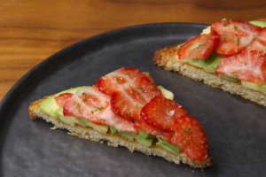 toast avocado - strawberry